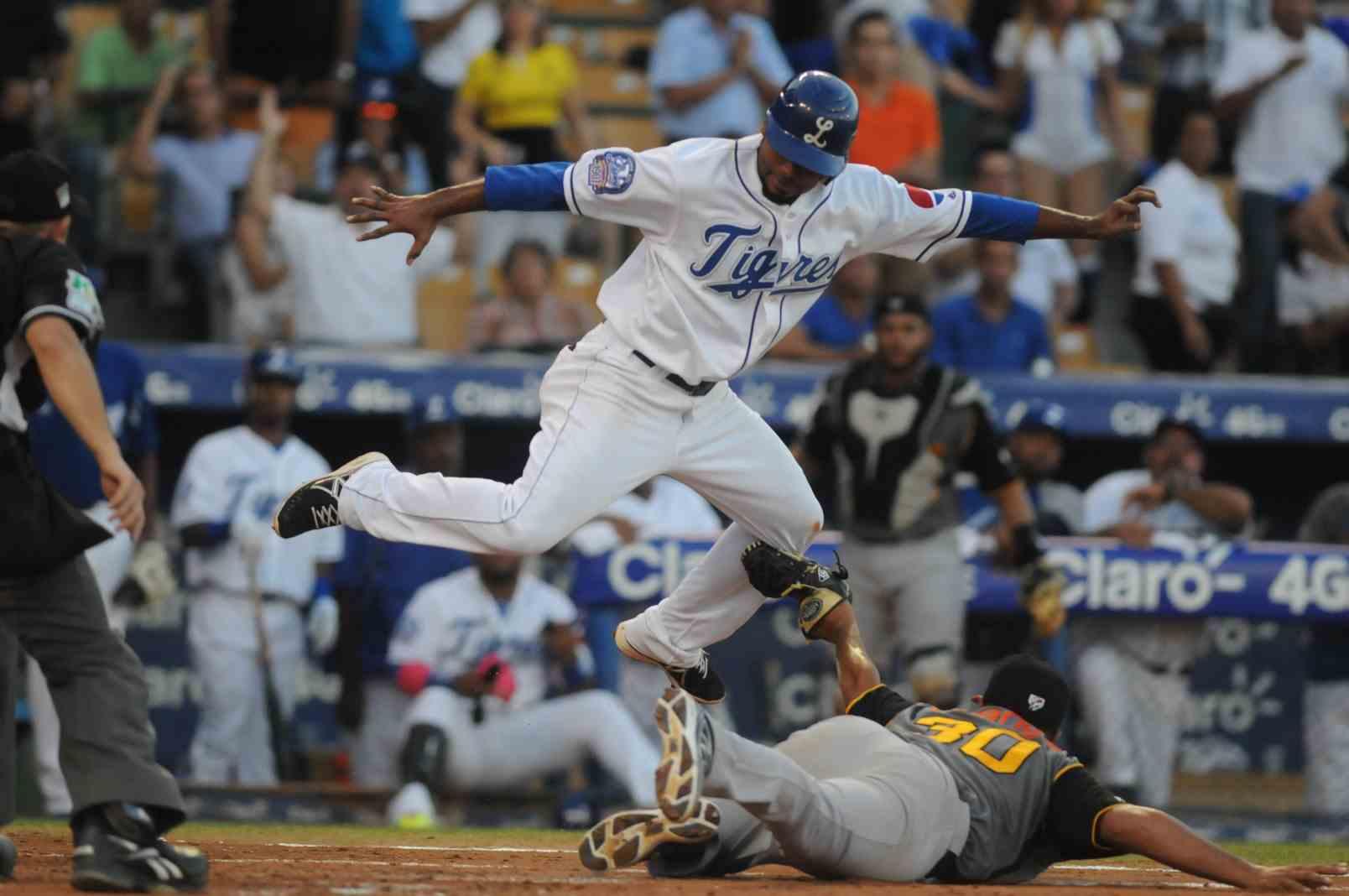 Reyes, Elmer (vs Aguilas, Nov 23, 2014) a