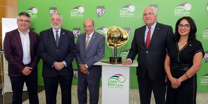El trofeo de campeón ya reposa en la Lidom